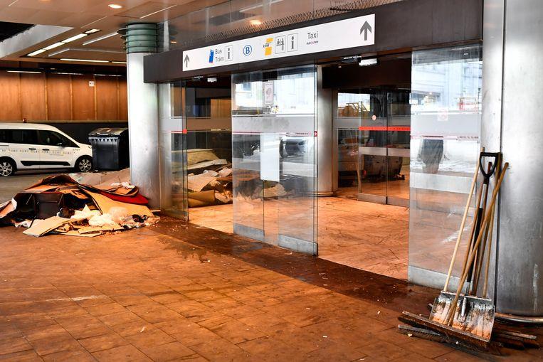 Op 17 mei werd het Noordstation ontruimd. De migranten die verbleven in de wachtruimte bij de bushaltes van De Lijn, kregen opvang in verschillende daklozencentra in de hoofdstad. Nadien kwamen er extra politiepatrouilles om te verhinderen dat migranten zouden terugkeren naar het station. Beeld BELGA