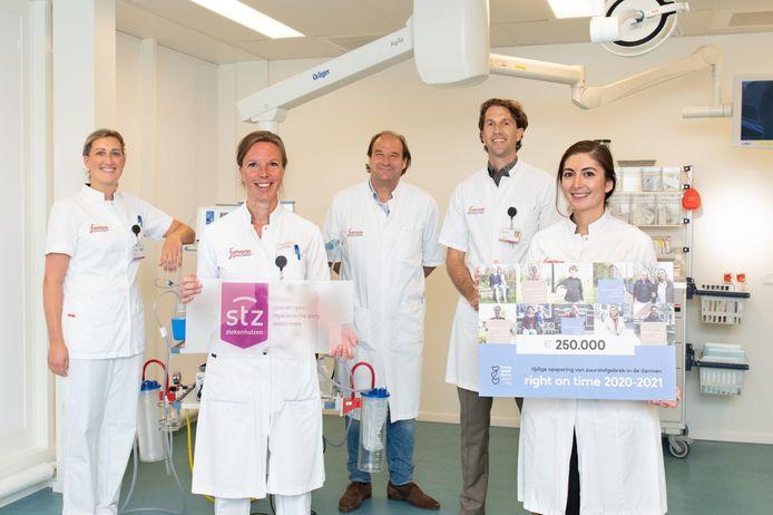 Het hele team van het Ischemie Centrum: verpleegkundige Isaura van der Zande, maag-darm-leverarts Desiree Leemreis, interventieradioloog Pum le Haen, vaatchirurg Gijs Welten en promovendus Duygu Harmankaya.