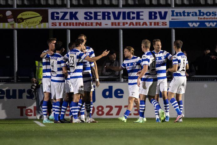 Spakenburg viert het eerste doelpunt van Floris van der Linden.