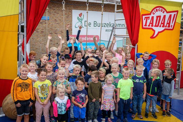 De leerlingen van De Buuzekaemp vierden het honderdjarig bestaan van de school vrijdag met een circusoptreden.