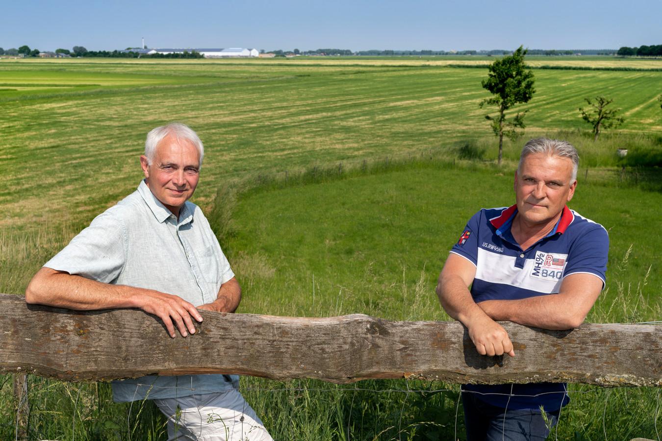Hans Janssen (l) en Arthur Kruijtzer uit Hedikhuizen zijn tegen de komst van windmolens in poldergebied de Gelderse Waard.