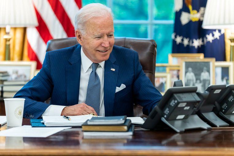Amerikaans president Joe Biden in het Oval Office in het Witte Huis, tijdens zijn telefoongesprek met zijn Franse ambtgenoot Emmanuel Macron. Beeld REUTERS