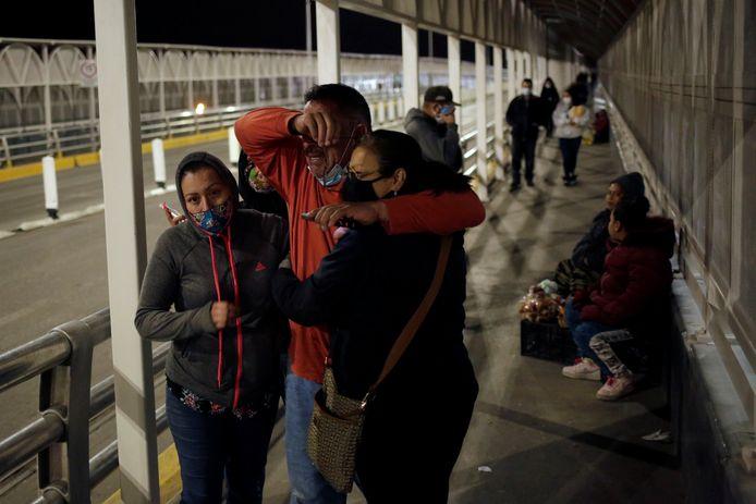 Felipe Ortega, 59 huilt bij het weerzien van zijn vrouw en dochter na zijn deportatie uit de VS.