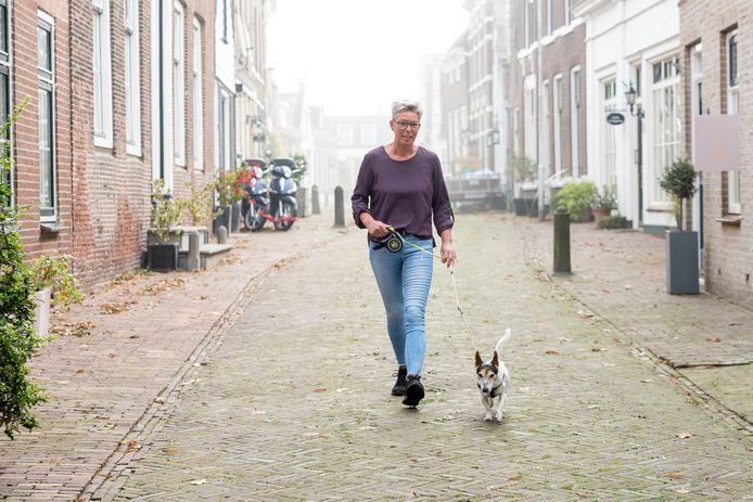 Silvia Siereveld samen met haar hondje Arie in de Hoge Kerkstraat in Nieuwerkerk.