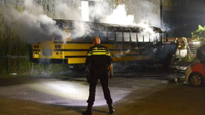 Schoolbus gaat in vlammen op in Breda