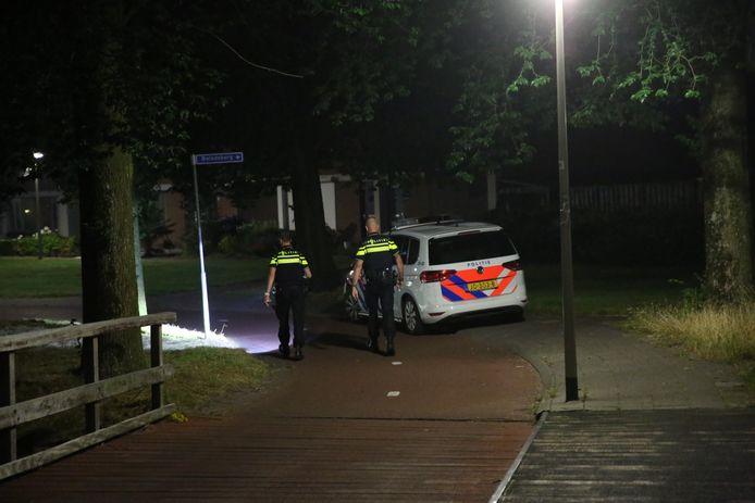De politie doet onderzoek op de plaats van de straatroof bij de Bokberg in Roosendaal.