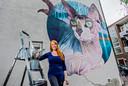 Valkhoff aan het werk  in de Voornestraat, in 2018. Het was haar eerste grote muurschildering in Rotterdam. Later, in 2020, maakte ze precies tegenover deze naaktkat het werk 'Charlois Jungle'. Ook in de Van der Sluysstraat in de Provenierswijk is werk van Valkhoff te vinden.