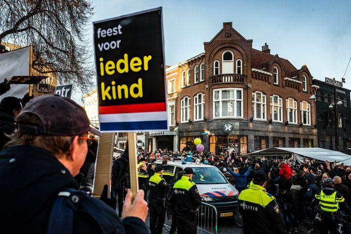 Ongeregeldheden bij de intocht van Sinterklaas in Eindhoven, 2018. Leden van de harde kern van PSV geven een tegendemonstratie op de actie van Kick Out Zwarte Piet.