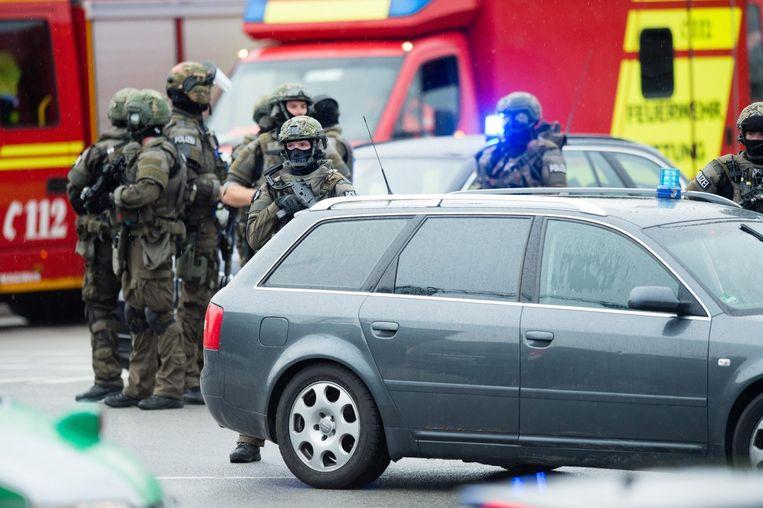 Politie-eenheden arriveren bij het winkelcentrum. Beeld anp