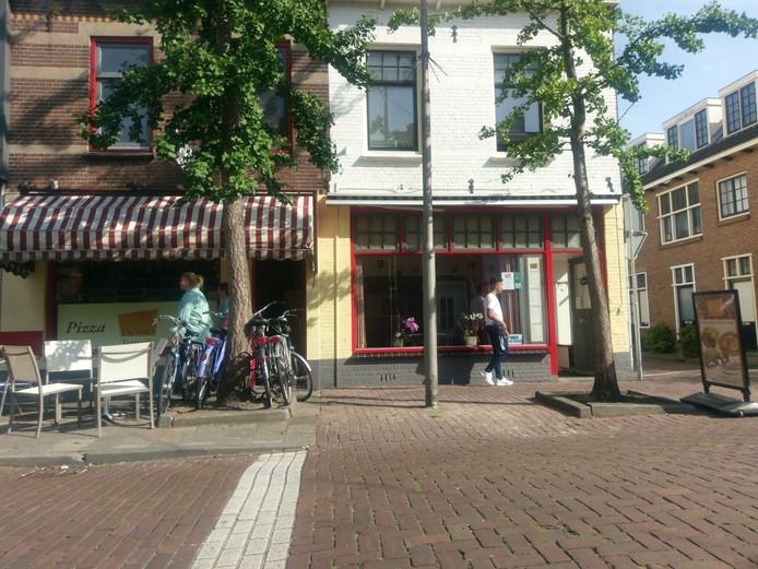 De zendmast staat precies daar waar normaal de terrasstoelen van de pizzeria staan. De gemeente had geen tijd meer voor overleg.
