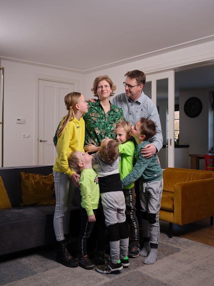 Resi in 't Veld met haar gezin.