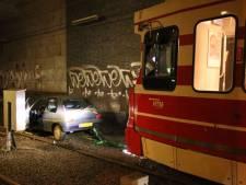 Vrouw rijdt per ongeluk trambaan op, tram sleept auto weg
