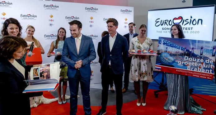 Wethouder Mike van der Geld en directeur Brabanthallen Jeroen Dona presenteren namens de gemeente Den Bosch een bidbook op basis waarvan de stad het Eurovisie Songfestival van volgend jaar hoopt binnen te halen.