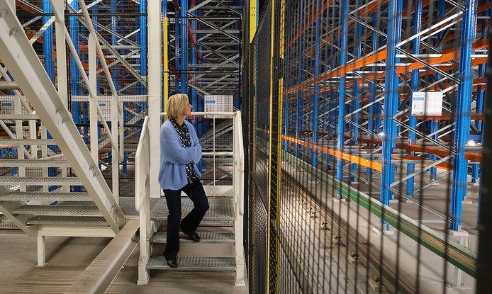 De minister bekijkt het nieuwe magazijn met veel verwondering.