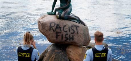 Iconisch beeld 'Kleine Zeemeermin' in Kopenhagen beklad: 'Racistische vis'