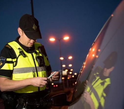 Een agent neemt een speekseltest af.