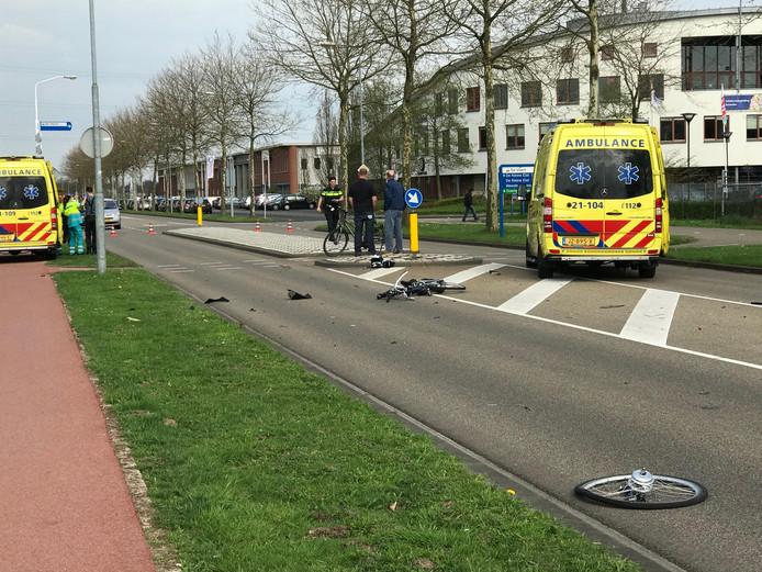 De Stadionlaan in Den Bosch ligt bezaaid met fietsonderdelen na ongeluk
