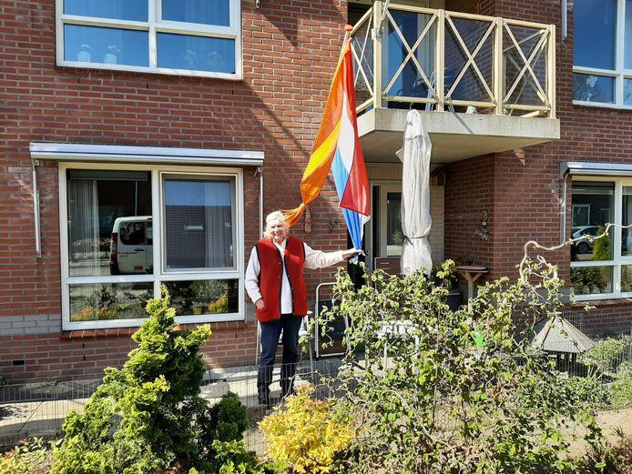 Maria uit de Julianastraat in Haaksbergen hangt de vlag uit.