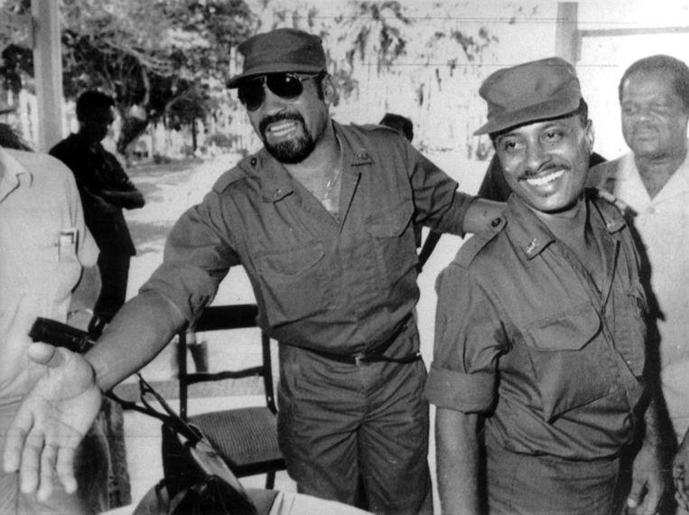 Legerleider Desi Bouterse en commandant Iwan Graanoogst in de jaren tachtig. Bouterse was van 1980 tot eind 1992 bevelhebber van het leger. Vier jaar later, na de parlementsverkiezingen, keerde hij weer terug in het centrum van de macht. Hij schoof echter zijn vertrouweling Jules Wijdenbosch naar voren als president. Beeld ANP