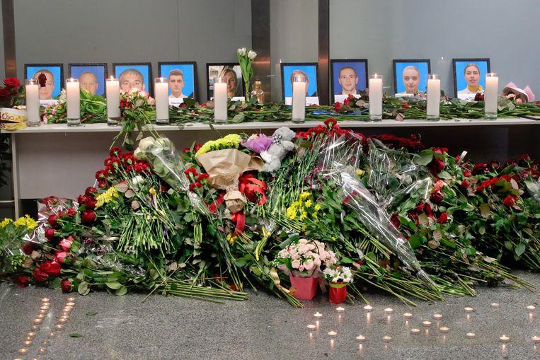 In de luchthaven Boryspil buiten Kiev is een gedenkplaats opgericht voor de bemanning van de vlucht van Ukraine Airlines. Beeld Photo News