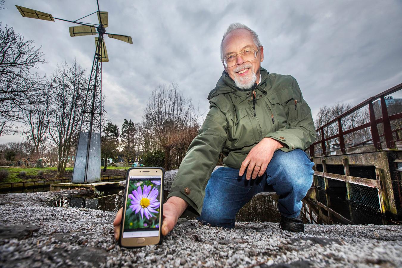 Teun Spaans met zijn foto van een aster die op internet tientallen miljoenen keren werd opgevraagd.