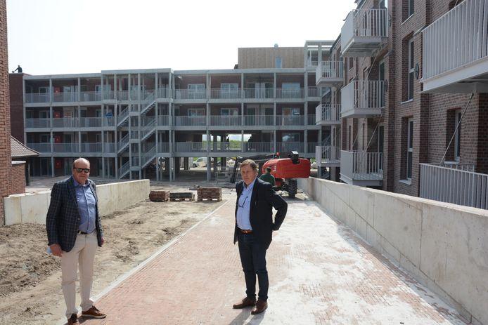 Bestuurder Stephan Van der Gucht en directeur Etienne Audenaert op de zorgsite De Brabander.