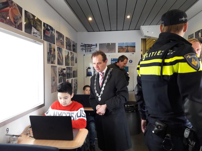Gamen in het Mobil Media Lab van de politie.  foto Joop Verstraaten