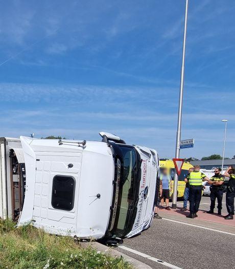Gekantelde vrachtwagen zorgt voor grote verkeersoverlast rond Varsseveld