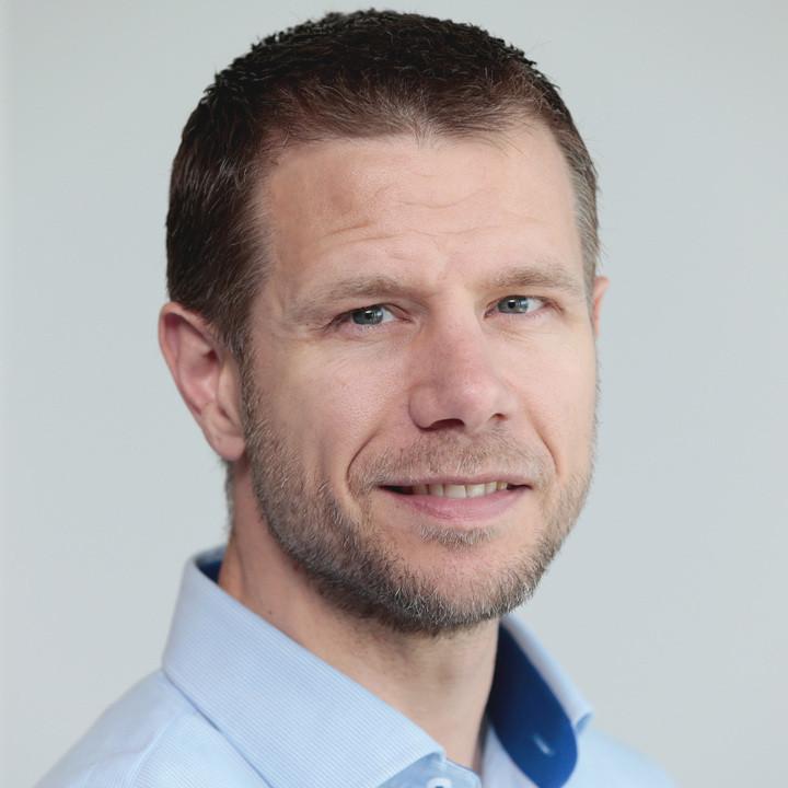 Eric van Ballegoie test en recenseert verschillende techproducten voor techsite Hardware Info.