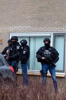 Politie vindt grote hoeveelheid harddrugs in Amersfoort, zwaarbewapende agenten bewaken de woning