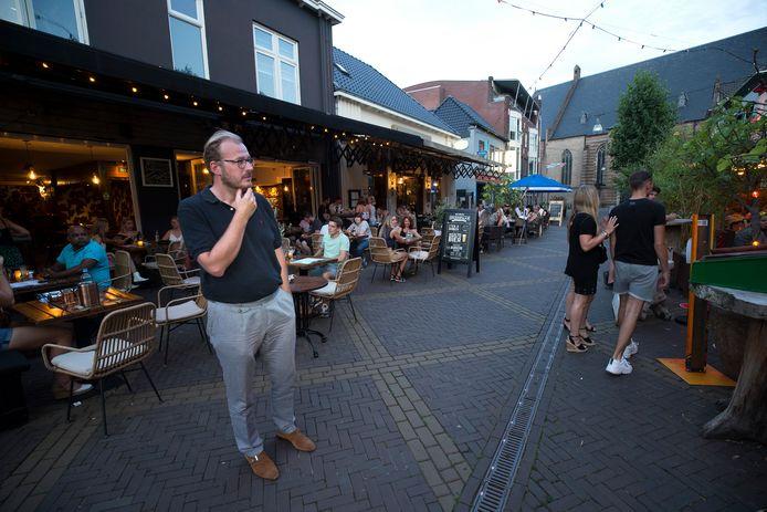 Burgemeester Mark Boumans in uitgaansstraat De Grutstraat.