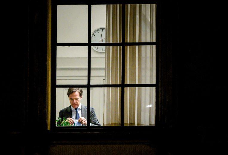Mark Rutte bij de VVD-fractie tijdens een schorsing van het debat over de mislukte formatieverkenning dat donderdag was. Beeld ANP