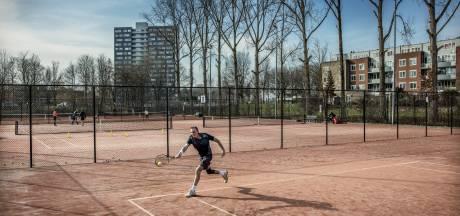 Tennisbanen moeten wijken terwijl de wachtlijsten groeien