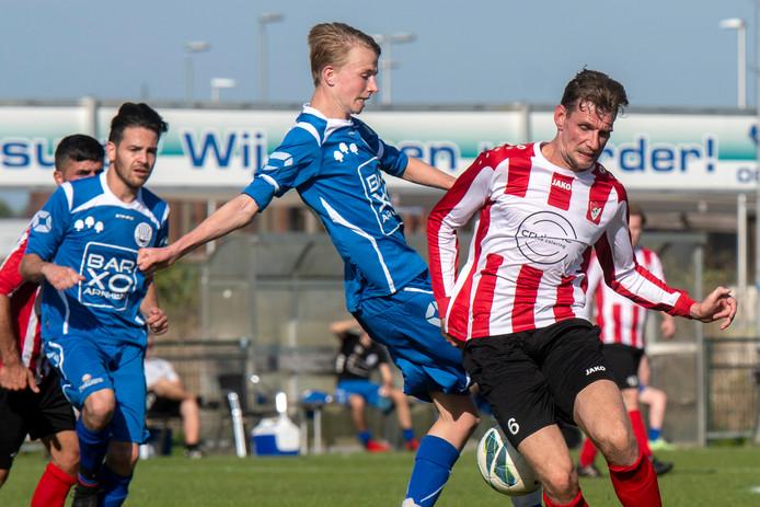 Jimmy Pruis (rechts) ontvangt zondag met Arnhemse Boys stadsgenoot VDZ.