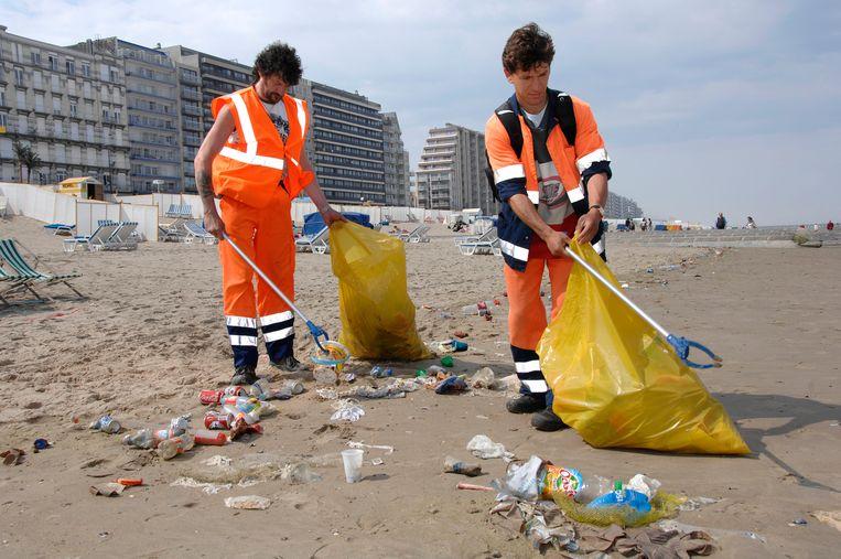 Opkuis van afval op het strand van Blankenberge (Archiefbeeld).
