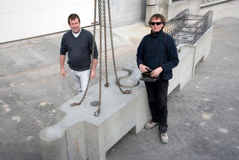 Filip Bauters en aannemer Willy Van Hee met hun Wibloc, een ketting van betonblokken.