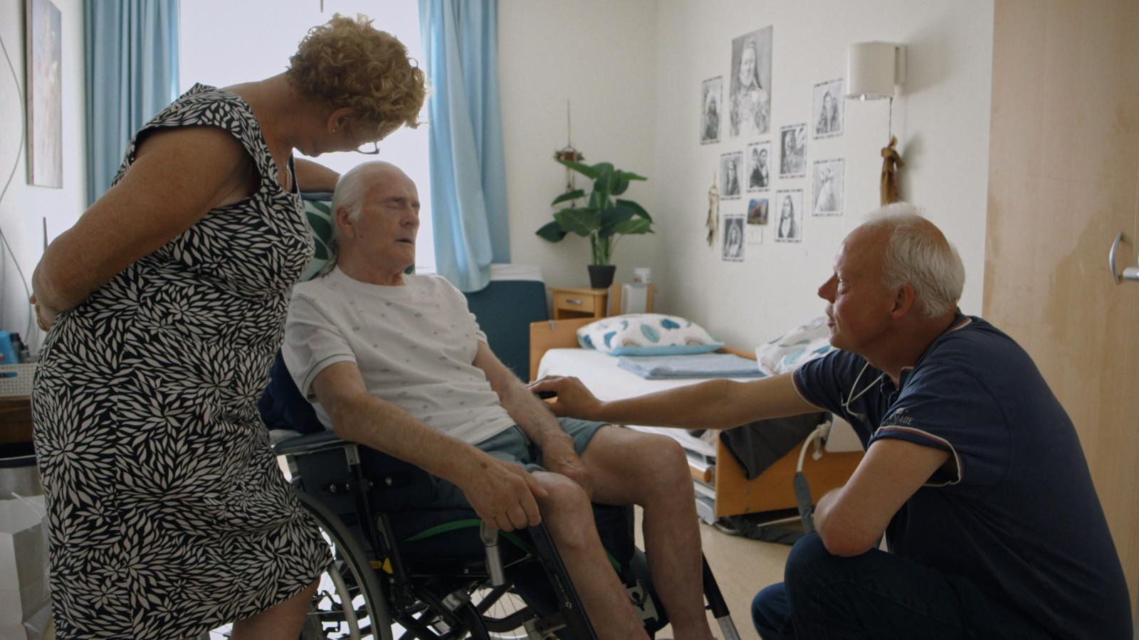 Scène uit de film, Willy met zijn vrouw Kitty en dokter Kees van Gelder