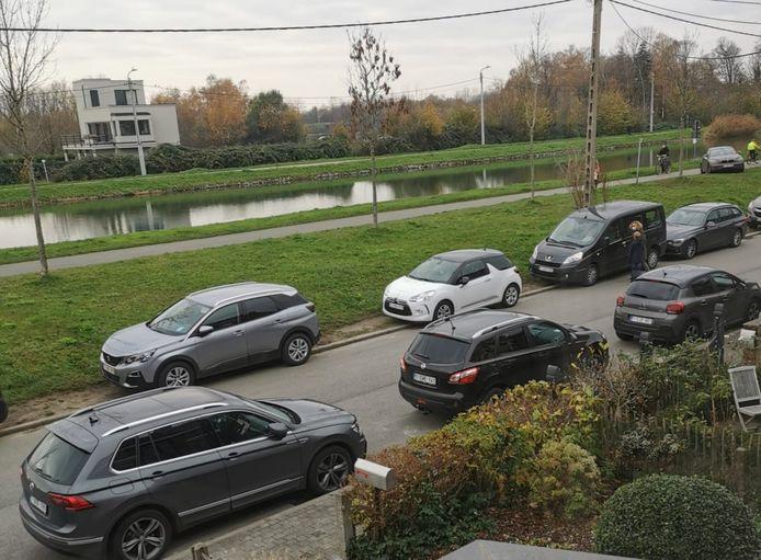 Verkeersdrukte en foutparkeren aan de Auwegemvaart.