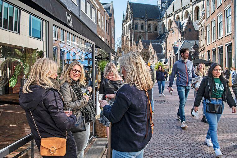 Haarlem, zondagmiddag. Genieten van de Tasty Walk.  Beeld Guus Dubbelman / de Volkskrant