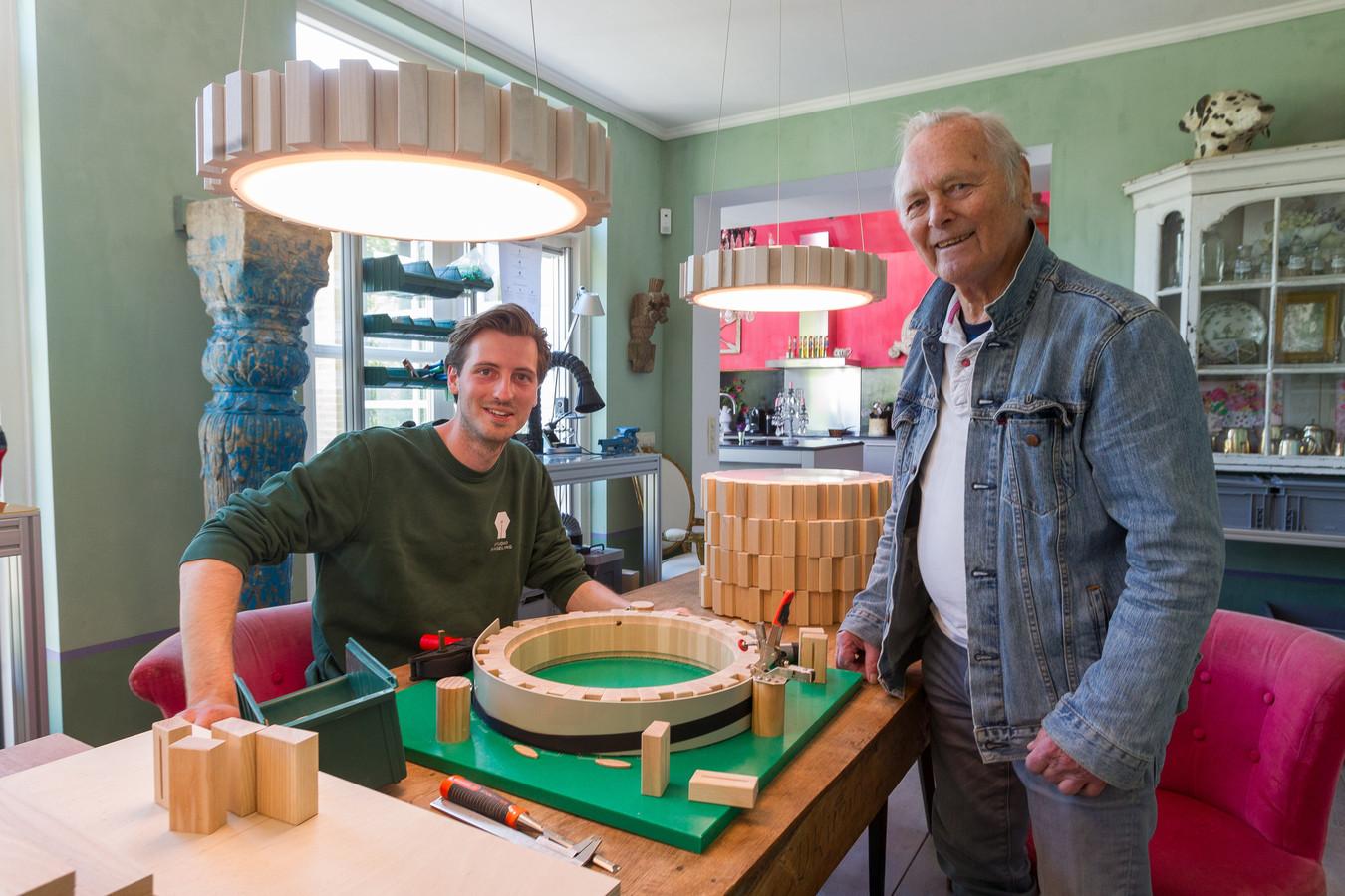 Gijs Ringeling (27, links) met Daan Verbaan (90) in de 'productiestraat' die ze hebben ingericht in de eetkamer van Gijs' ouders.