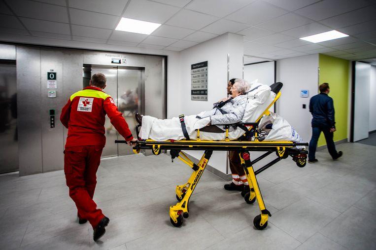 Patiënten komen het nieuwe ziekenhuisgebouw binnen.  Beeld thomas legreve
