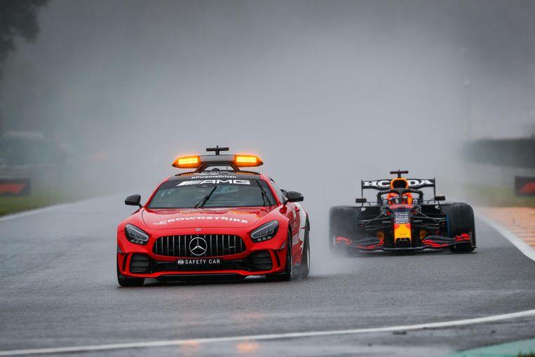 De safetycar rijdt voor Max Verstappen uit op het circuit van Spa-Francorchamps. Beeld Photo News