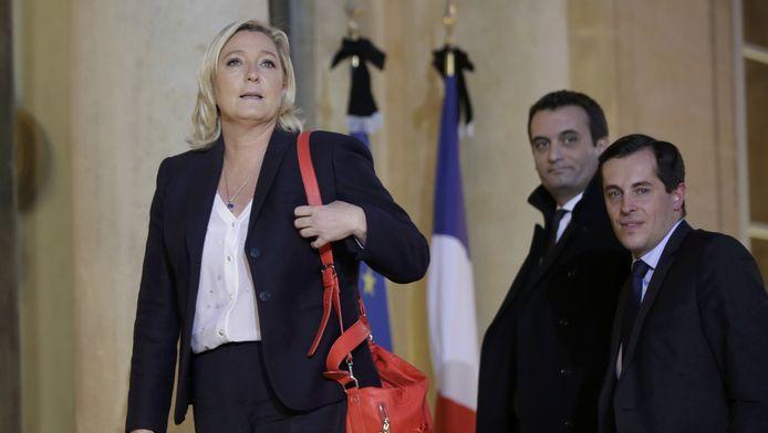 La présidente du Front National Marine Le Pen accompagnée de Florian Philippot (centre) et Nicolas Bay (droite), devant le Palais de l'Elysée à Paris.