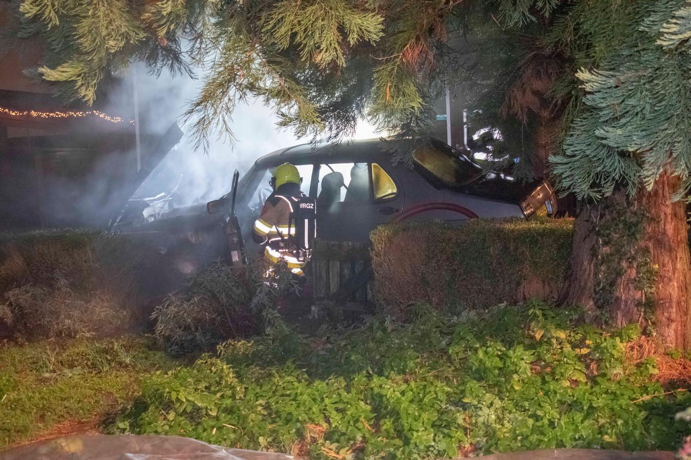 De brandweer van Nijmegen Lent is maandagavond uitgerukt voor een autobrand aan de Oosterhoutsedijk in Lent.
