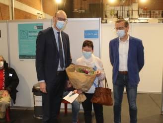 """Lutgarde (70) krijgt 5.000ste prik in Lievegem: """"Die kussen van de minister houd ik tegoed"""""""