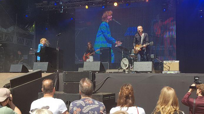 Zangeres Jacqueline Govaert en haar band openden het Bevrijdingsfestival in Den Bosch.