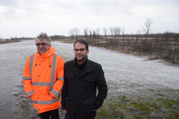 Burgemeester Jos Stassen en projectingenieur Stefaan Nollet hielden gisteren een oogje in het zeil.