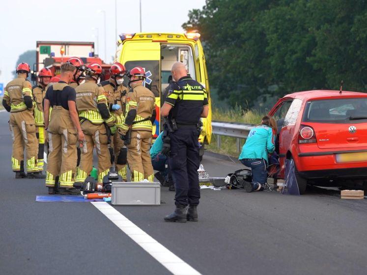 Vrachtwagen en auto botsen op A1: automobilist raakt bekneld