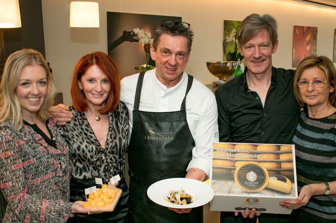 Chef Edwin Van Goethem (centraal) ging aan de slag met Klaartjes Kaas in zijn restaurant 't Korennaer.
