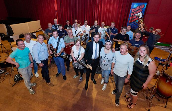 Bij repetitie Valley Sound Big Band voor opening feestweek Roosendaal 750jaar, met dirigent Peter Bogers derde van links en gasten van de band rechtsvoor. Foto Timo Reisiger